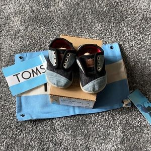 BNWT BABY TOMS size 2